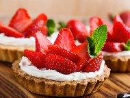 Рецепта Вкусни тарталети с крем от маскарпоне, ягоди и сметана